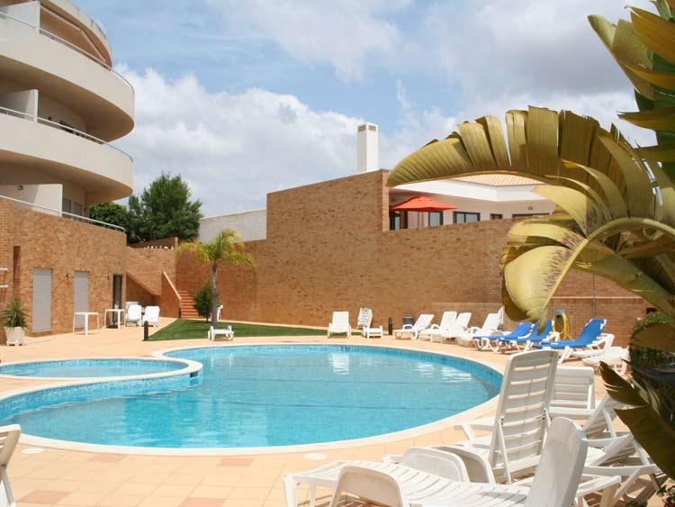 Luxe appartement met 2 slaapkamers terras aan het zwembad lagos algarve portugal te huren - Zwembad met strand ...